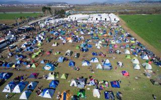 fyrom-police-reopen-border-for-a-trickle-of-refugees