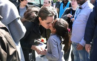 jolie-promises-to-come-back-to-lesvos