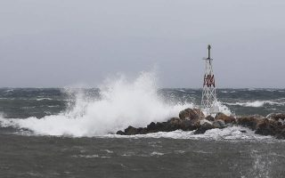 strong-winds-cause-damage-overturn-boat-in-lesvos