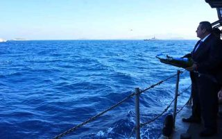 defense-minister-throws-wreath-into-sea-off-imia-to-mark-anniversary