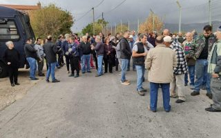 residents-of-chios-block-access-to-migrant-camp-in-symbolic-protest