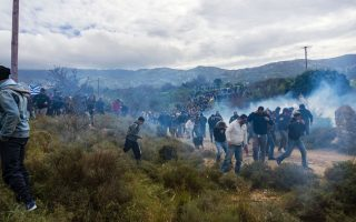 police-fire-tear-gas-at-anti-migrant-amp-8216-hotspot-amp-8217-protest