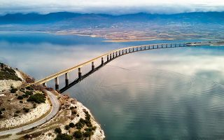 body-pulled-out-of-lake-in-kozani