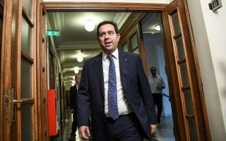 mitarakis-calls-on-islands-affected-by-migration-to-apply-for-compensation