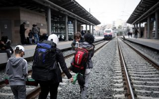 migrants-hoping-to-reach-northern-greece-leave-athens-train-station0