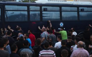 protests-greet-prime-minister-on-lesvos