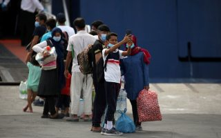 hundreds-of-migrants-leave-lesvos-for-mainland0
