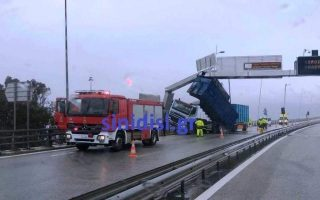 container-detached-from-truck-disrupts-traffic-on-rio-antirrio-bridge