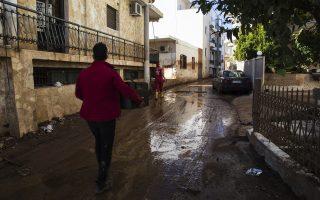 volunteers-keeping-flooded-mandra-afloat
