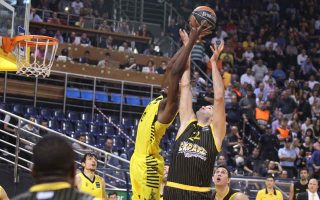 aris-comes-from-behind-to-beat-aek-in-basket-league