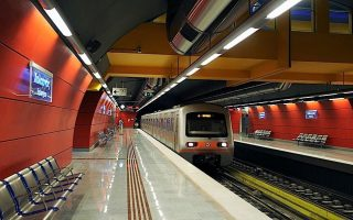 upheaval-on-athens-metro-service-as-person-falls-on-tracks
