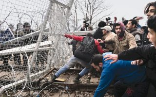 more-than-7-000-migrants-on-greece-fyrom-border