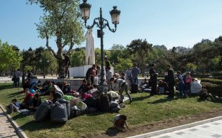 migrants-transferred-from-thessaloniki-square-to-facility