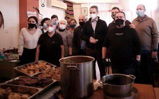 pm-helps-distribute-food-presents-at-piraeus-soup-kitchen