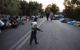 lesvos-migrants-sleep-on-roadsides-housing-them-to-take-days0