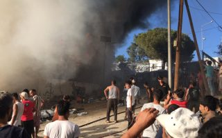 migrants-at-moria-camp-light-fires-clash-with-police0