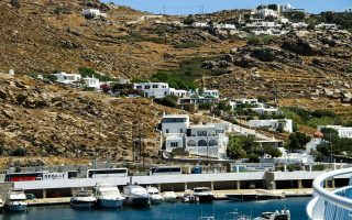ministry-suspends-building-permits-outside-planning-zones-on-mykonos-santorini