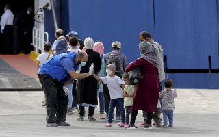 moria-camp-refugees-being-transferred-to-mainland