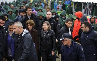 us-official-visits-crowded-greek-refugee-camp
