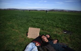 number-of-refugees-trapped-at-border-piraeus-builds-up