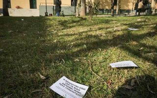 rouvikonas-scatters-flyers-at-athens-s-court-compound
