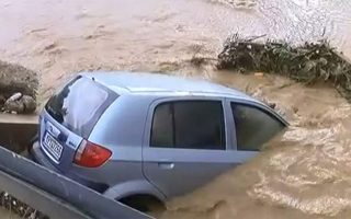 downpour-near-athens-floods-roads-traps-residents
