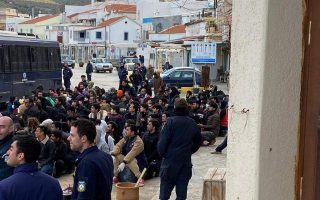 190-migrants-from-tzia-being-transferred-to-mainland