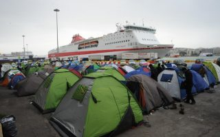 eighty-migrants-with-food-poisoning-rushed-from-piraeus-camp-to-the-hospital
