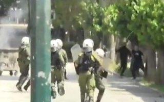 self-styled-anarchists-clash-with-police-in-central-athens