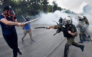 police-detain-8-protesters-after-clashes-in-thessaloniki