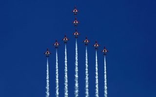 red-arrows-put-on-show-for-prince-charles