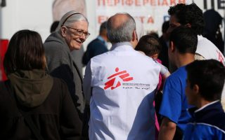 actress-vanessa-redgrave-visits-piraeus-camp-hosting-nearly-6-000-migrants