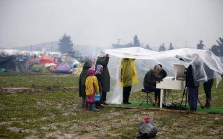 syrian-refugee-plays-piano-at-border-camp