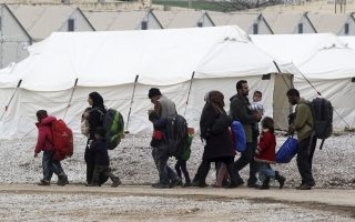 greek-police-say-400-migrants-walk-out-of-camp