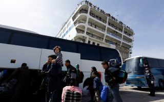 eu-source-says-500-migrants-in-first-return-from-greece-to-turkey-planned-monday