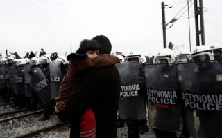 refugees-migrants-protest-to-be-let-through-greek-fyrom-border