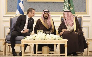 pm-mitsotakis-courts-saudi-investors-on-visit-to-riyadh
