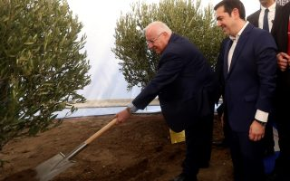 tsipras-rivlin-plant-olive-trees-at-holocaust-museum-site