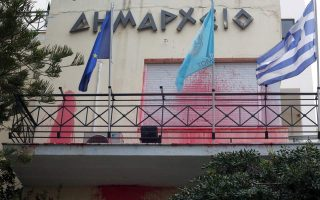 rouvikonas-targets-alimos-city-hall-over-garbage-collector-death