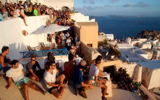 ebrd-proposes-measures-to-curb-overtourism-on-santorini