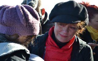 actress-susan-sarandon-lends-a-hand-in-refugee-effort-on-lesvos