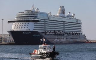 cruise-ship-arrives-at-piraeus-for-covid-19-inspection