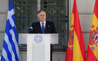 greece-raises-spanish-flag-in-sign-of-solidarity