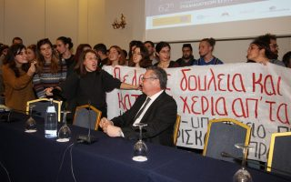 students-crash-meeting-of-university-rectors-in-thessaloniki