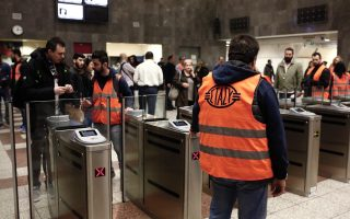 closed-ticket-barriers-at-syntagma-cause-confusion