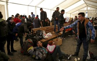 migrants-set-out-on-foot-along-greek-highway-to-fyrom