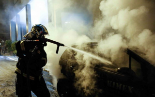 anarchists-protesting-court-ruling-torch-cars-in-exarchia