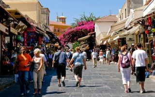 average-tourist-in-greece-spends-67-euros-a-day-study-finds