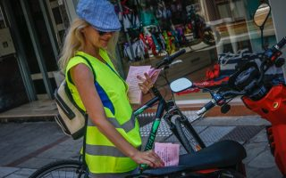 municipal-worker-in-trikala-issues-amp-8216-warning-amp-8217-ticket