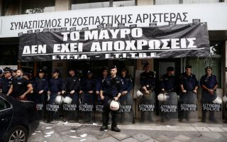 television-technicians-protest-outside-syriza-offices